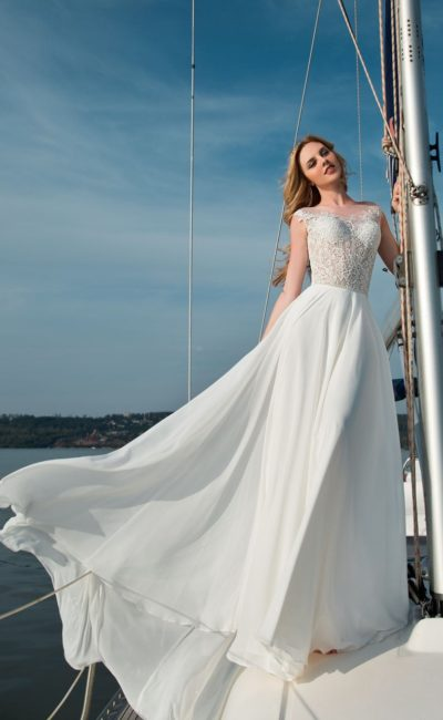 Пляжное свадебное платье прямого силуэта с нежным кружевным корсетом.