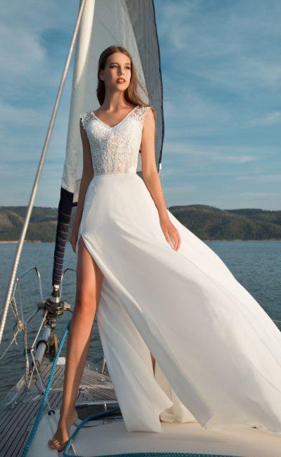 Пляжное свадебное платье с шифоновой прямой юбкой с высоким разрезом.