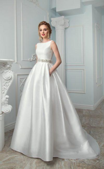 Атласное свадебное платье с широким поясом и роскошным длинным шлейфом сзади.