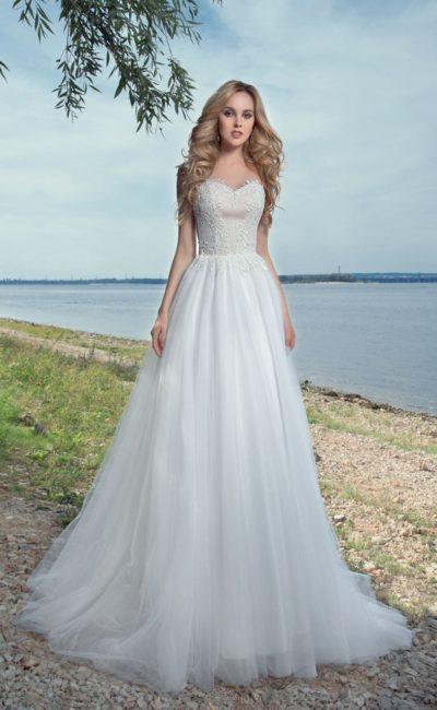 Нежное красивое свадебное платье с многослойной юбкой.