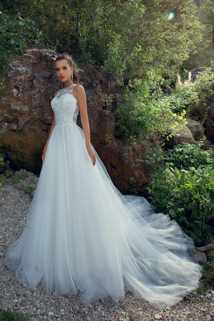 eb935369953e9b6 Пляжное свадебное платье с многослойной шифоновой юбкой и аппликациями на  лифе.