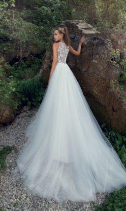 Пляжное свадебное платье с многослойной шифоновой юбкой и аппликациями на лифе.