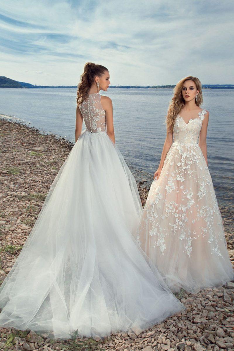 Пляжное свадебное платье с отделкой аппликациями и чарующей пышной юбкой.