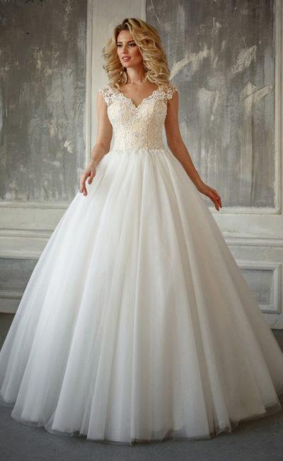 Пышное свадебное платье с фактурным лифом на нежной подкладке бежевого цвета.