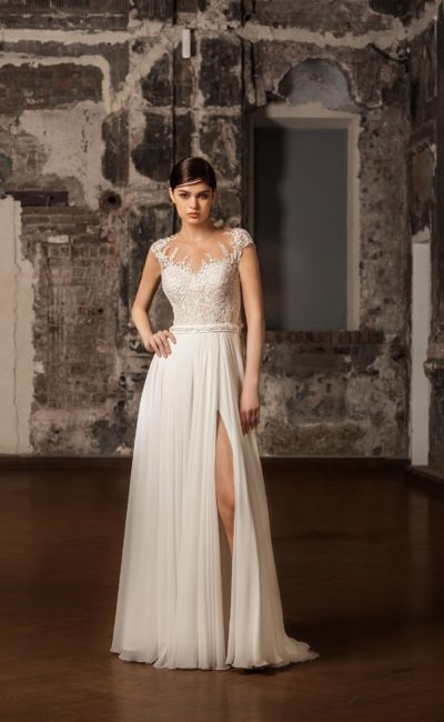 Прямое свадебное платье с высоким разрезом на юбке и чувственным ажурным лифом.