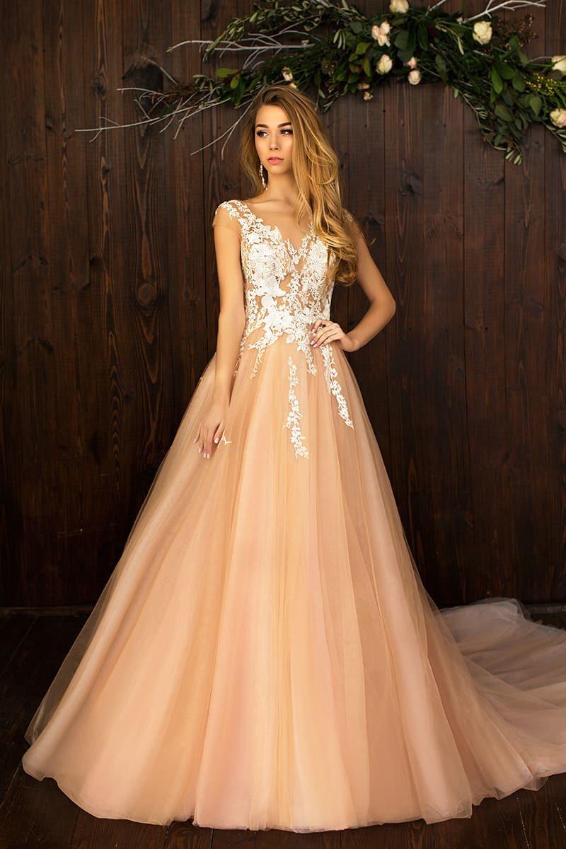 Эффектное свадебное платье персикового оттенка с воздушной юбкой А-силуэта.