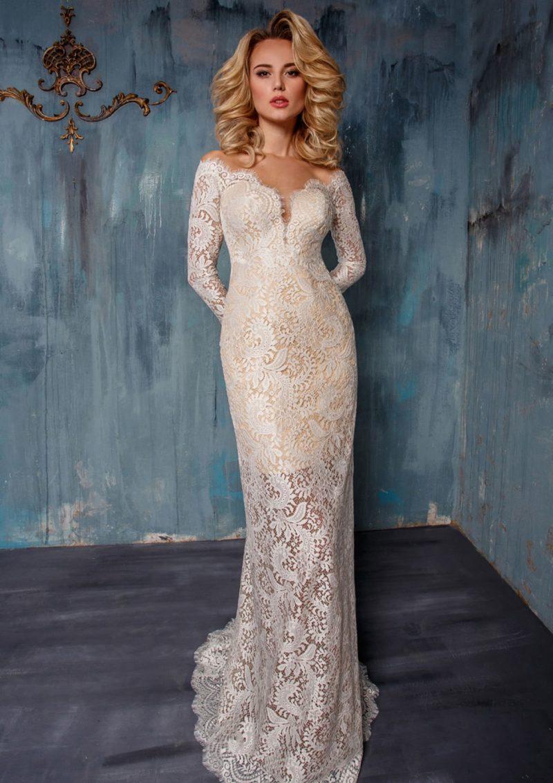 Свадебное платье с чувственным фигурным вырезом и прямой юбкой на короткой подкладке.