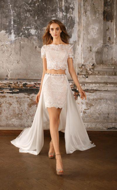 Короткое свадебное платье с шифоновой верхней юбкой и укороченным кружевным топом.