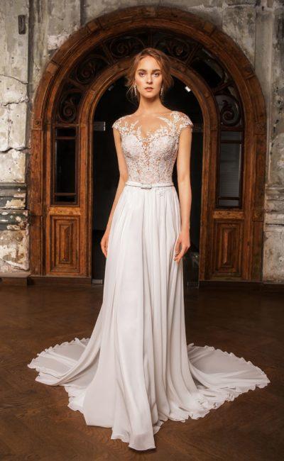 Деликатное свадебное платье прямого кроя с узким поясом и фактурной отделкой лифа.