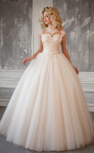 Пышное свадебное платье с закрытым лифом, покрытым кружевом с крупным узором.