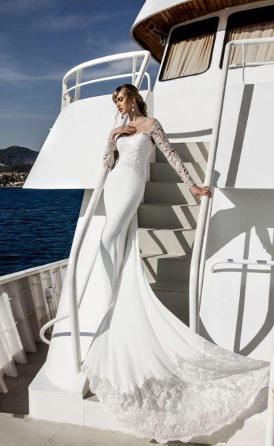 Великолепное свадебное платье облегающего кроя с длинным рукавом и царственным шлейфом.