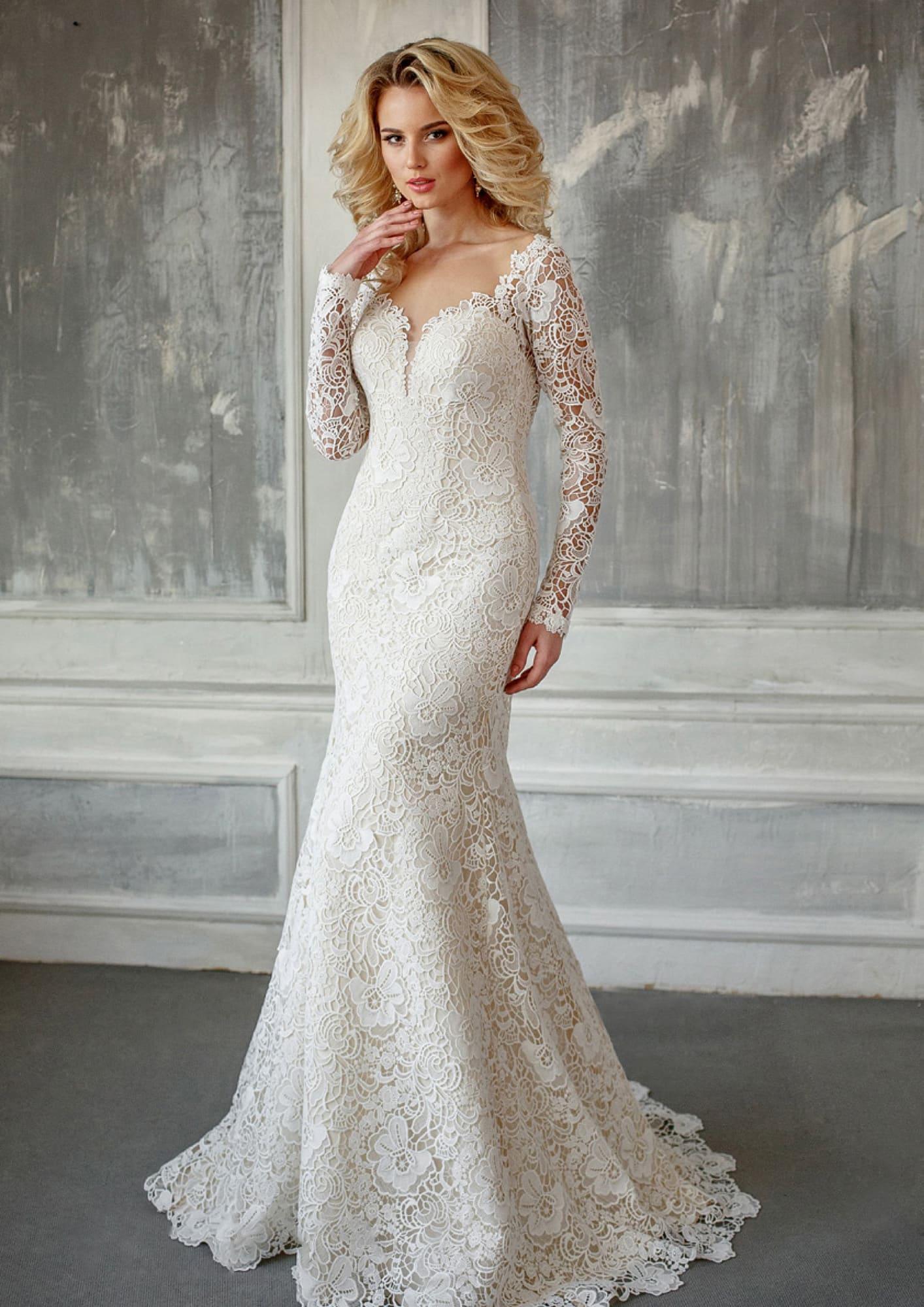 117de0e6aba Кружевное свадебное платье с длинным рукавом и эффектным фигурным декольте.