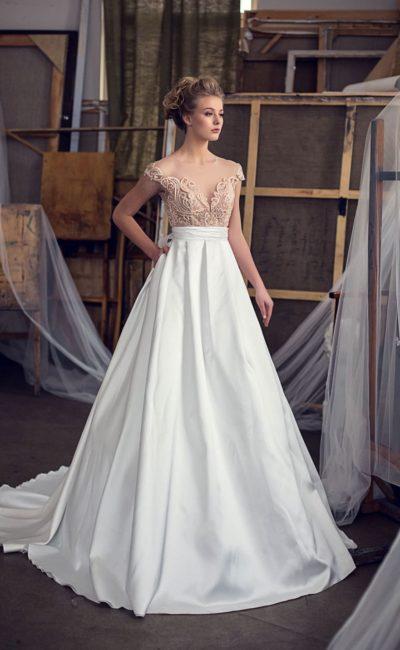 Очаровательное свадебное платье с бежевым лифом и юбкой «принцесса» из атласа.