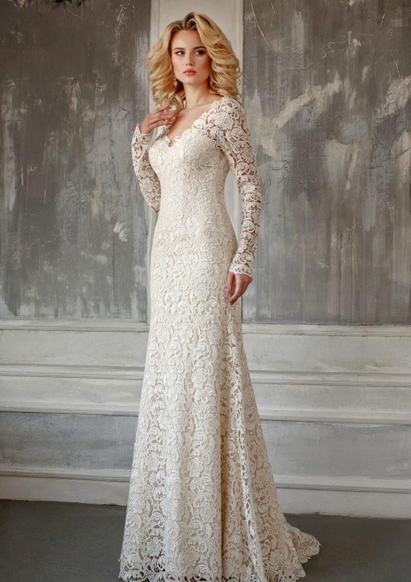 Кружевное свадебное платье с длинным рукавом и изящным небольшим вырезом на лифе.