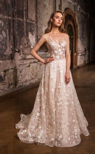 Пудровое свадебное платье с многослойной юбкой «принцесса» и глянцевой отделкой.