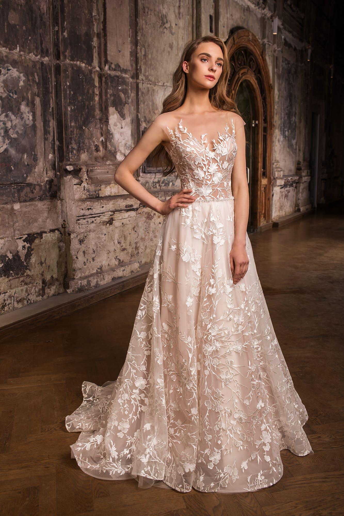357f49309c2197a Пудровое свадебное платье с многослойной юбкой «принцесса» и глянцевой  отделкой.