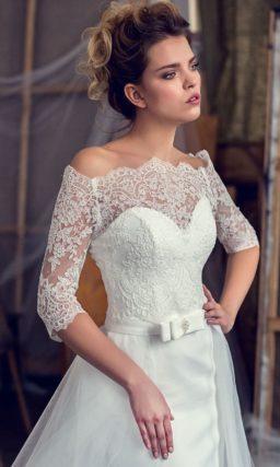 Свадебное платье «рыбка» с многослойной верхней юбкой и кружевным рукавом до локтя.