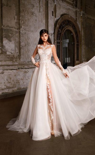 Великолепное свадебное платье с длинным прозрачным рукавом и оригинальной юбкой.