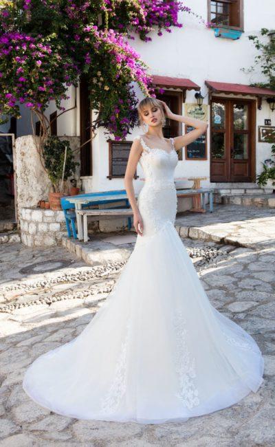 Оригинальное свадебное платье «русалка» с открытым лифом и кружевными бретелями.