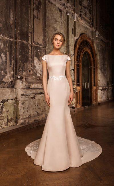 Пудровое свадебное платье «русалка» с коротким рукавом и лаконичной отделкой.