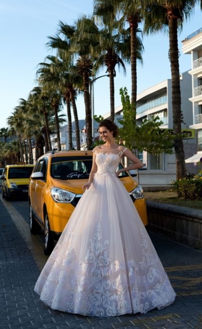 Великолепное свадебное платье пышного кроя с крупным декором по низу подола.