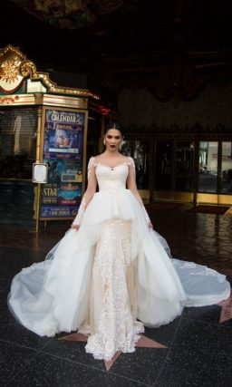Экстравагантное свадебное платье с пышной белой баской и прямой бежевой юбкой.