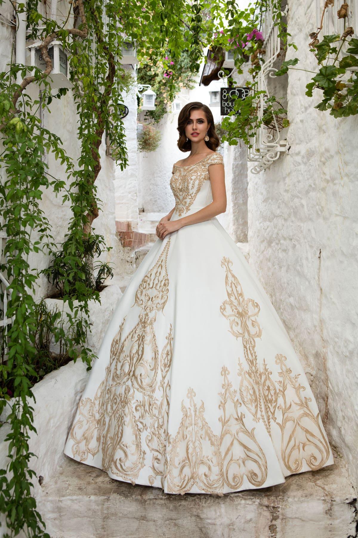 909abdf43ef595a Оригинальное свадебное платье с пышной юбкой, оформленное золотистой  вышивкой.