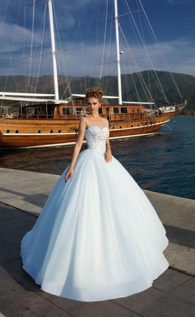 Торжественное свадебное платье с многослойным подолом и бисерной отделкой корсета.