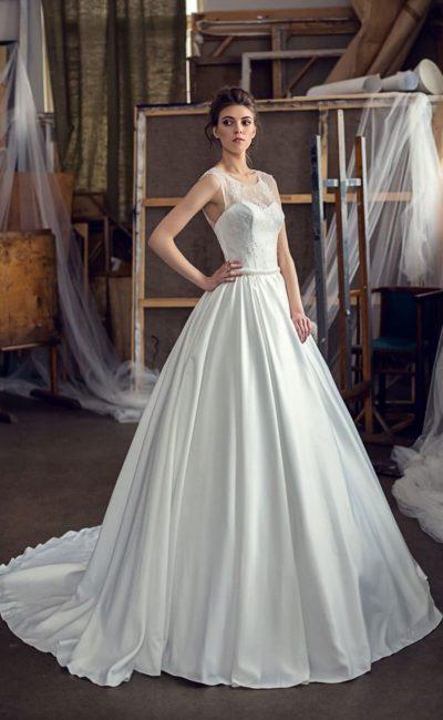 Элегантное свадебное платье с полупрозрачной вставкой над лифом и длинным шлейфом.