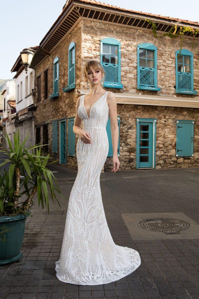 Фактурное свадебное платье силуэта «русалка» с деликатной бежевой подкладкой.
