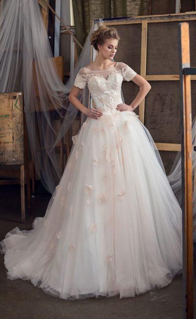 Кремовое свадебное платье с романтичной пышной юбкой и объемным декором.