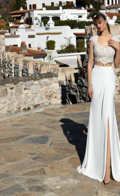 Свадебное платье с укороченным кружевным лифом и эффектной юбкой с разрезом.