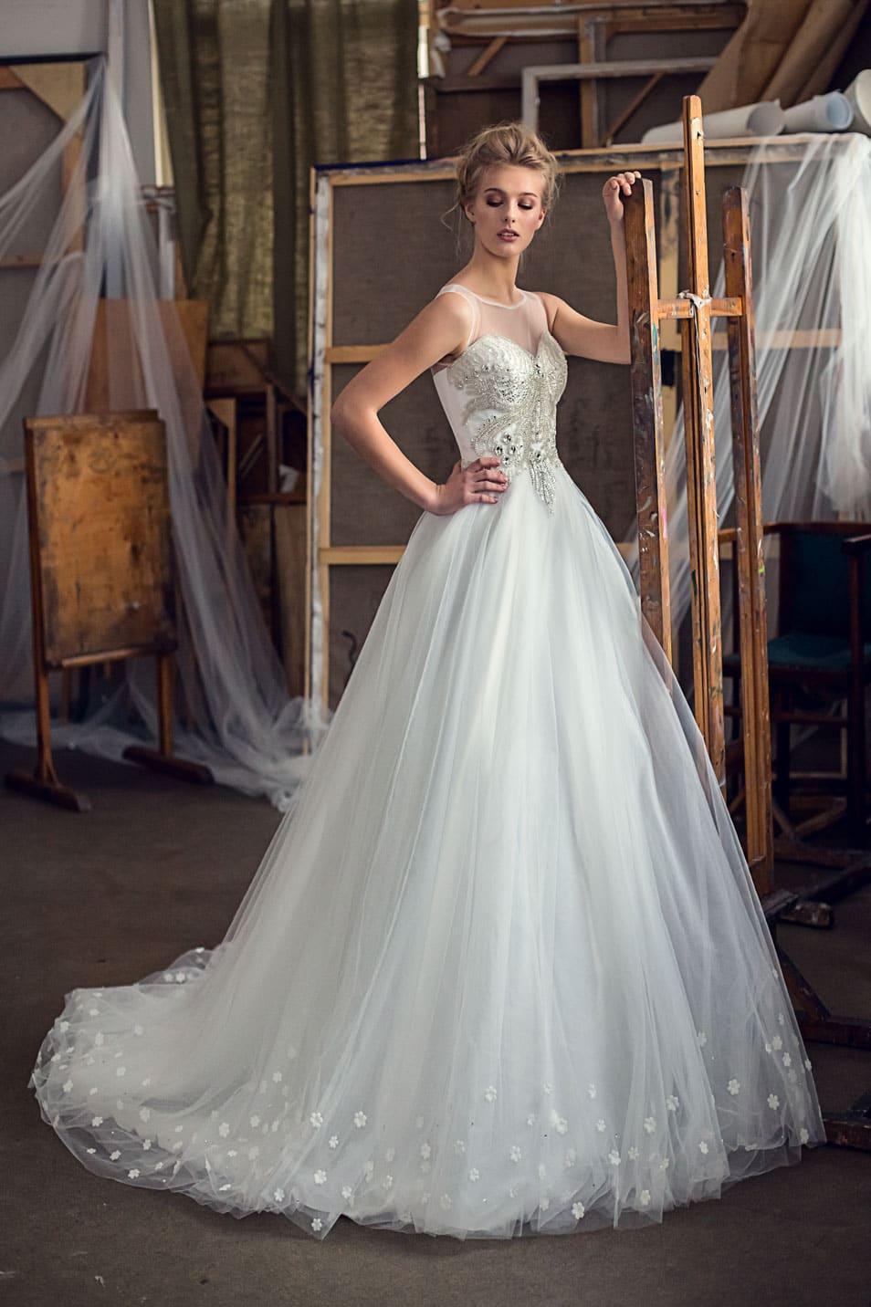 5e0803cf7e2 Пышное свадебное платье с многослойной юбкой и сверкающим декором закрытого  верха.