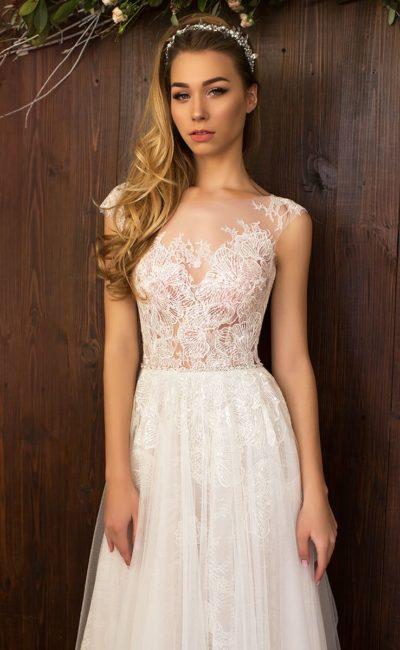 Утонченное свадебное платье прямого кроя с верхом из кружева с крупным узором.