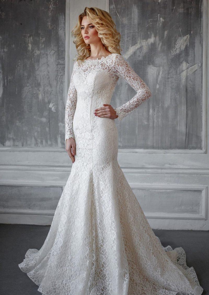 Свадебное платье «русалка», полностью покрытое плотным кружевом, с длинным рукавом.