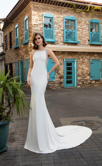 Стильное свадебное платье с полупрозрачными вставками по бокам и длинным шлейфом.
