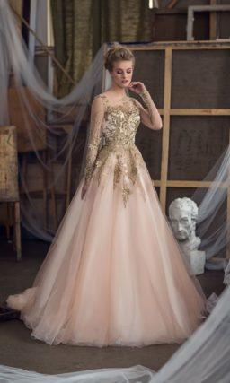 Великолепное бежевое свадебное платье с золотистой отделкой закрытого верха с рукавом.