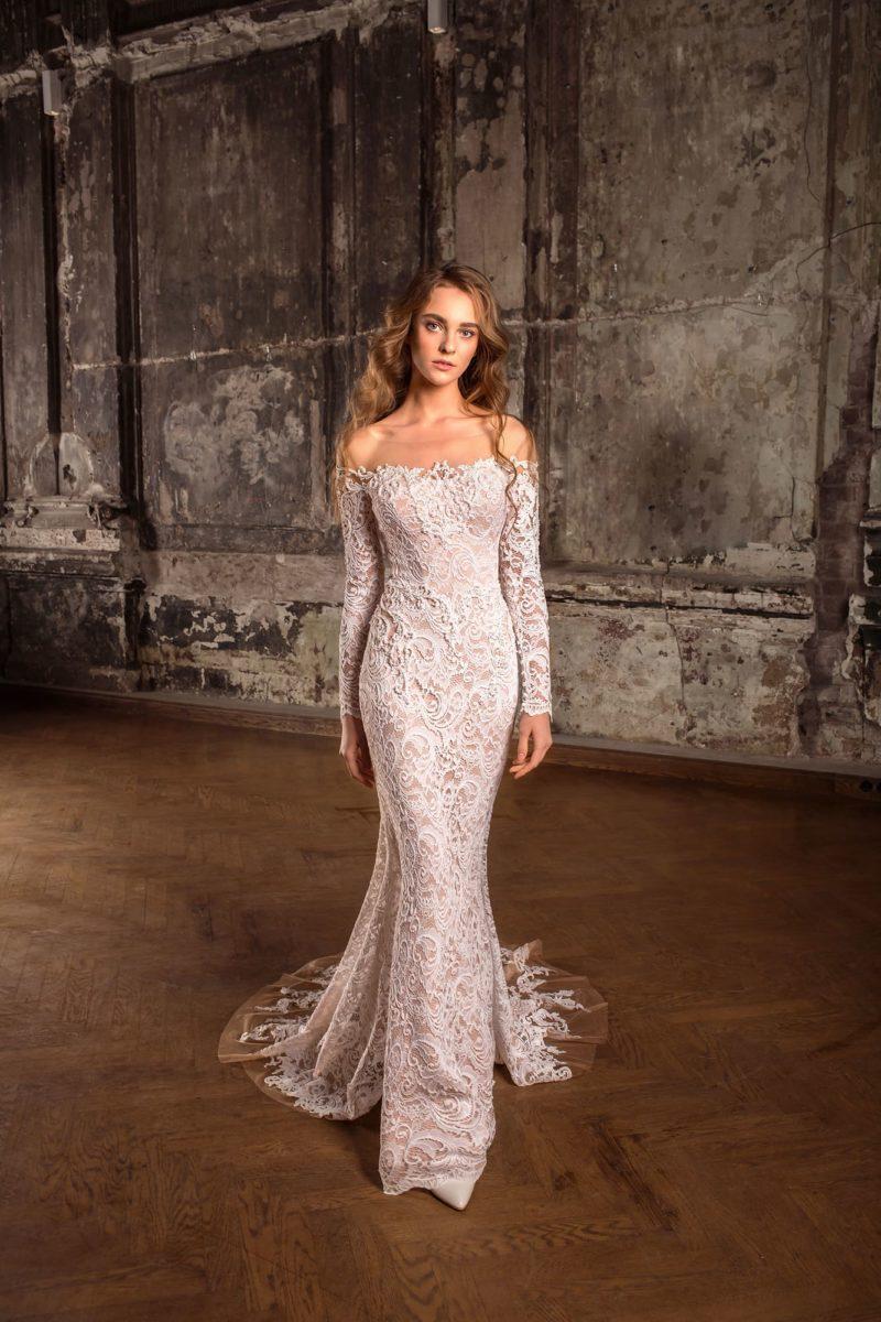 Бежевое свадебное платье с длинным рукавом и фигурным портретным декольте.