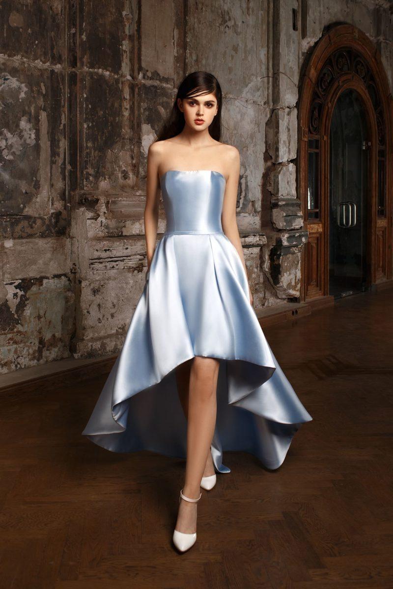 Голубое атласное свадебное платье с прямым вырезом декольте и укороченной юбкой.