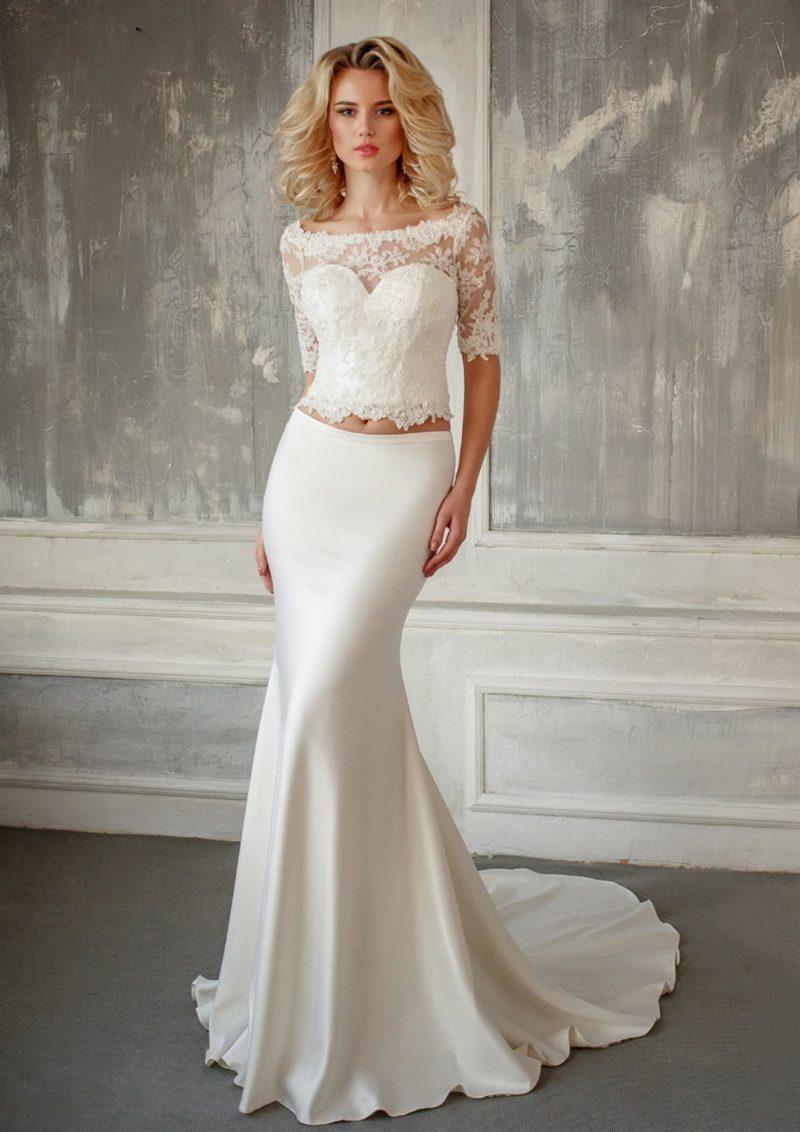 Чувственное свадебное платье с укороченным кружевным лифом и облегающей юбкой.