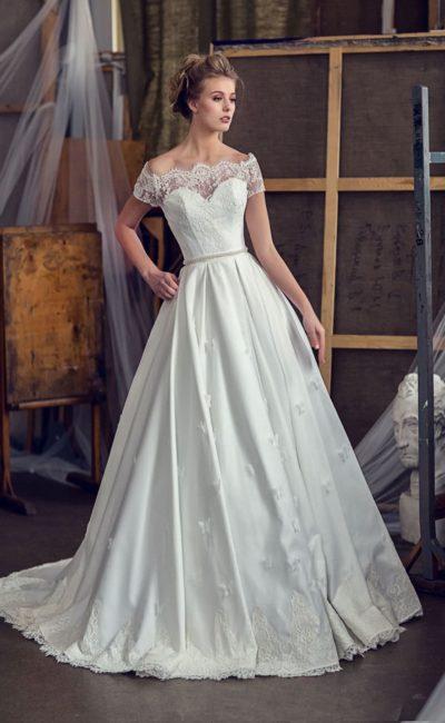 Фактурное свадебное платье «принцесса» с портретным декольте и шикарным шлейфом.