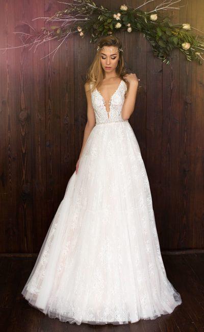Кружевное свадебное платье «принцесса» со смелыми вырезами на лифе и спинке.