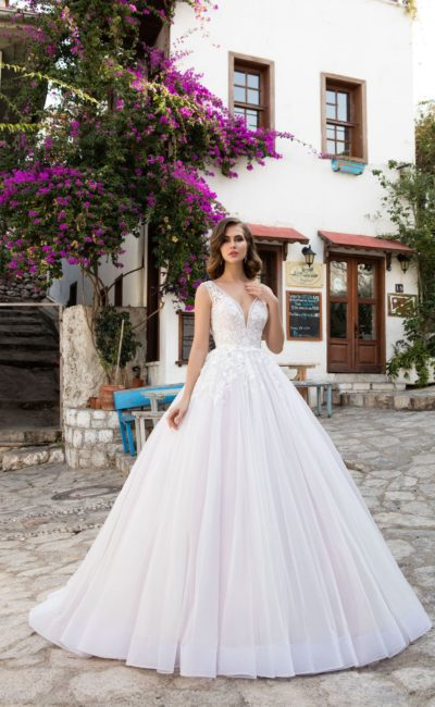 Невероятно пышное свадебное платье с элегантным вырезом и деликатной отделкой лифа.