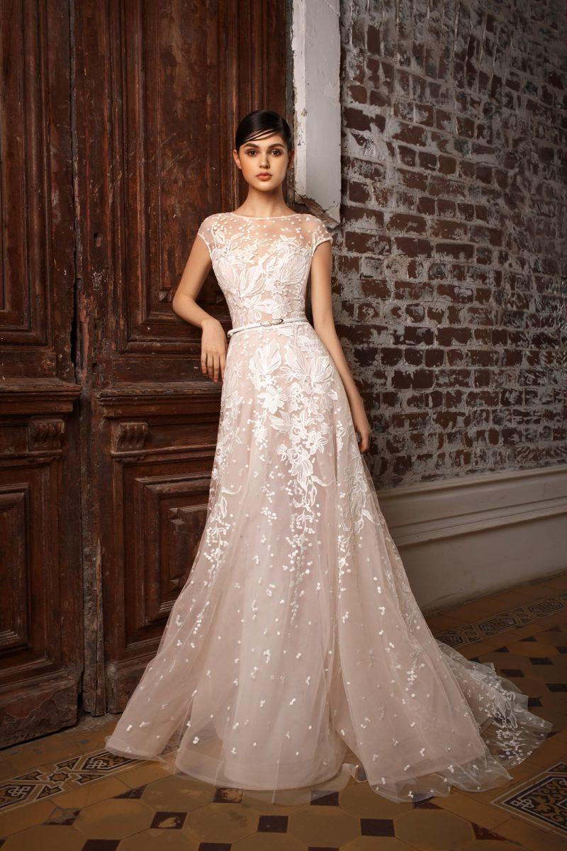 Пудровое свадебное платье с белой отделкой, узким поясом и юбкой «принцесса».