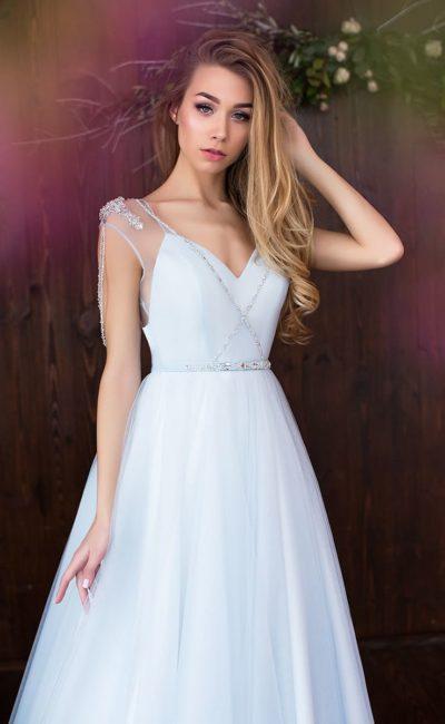 Лаконичное свадебное платье «принцесса» со сверкающей отделкой по верху и талии.