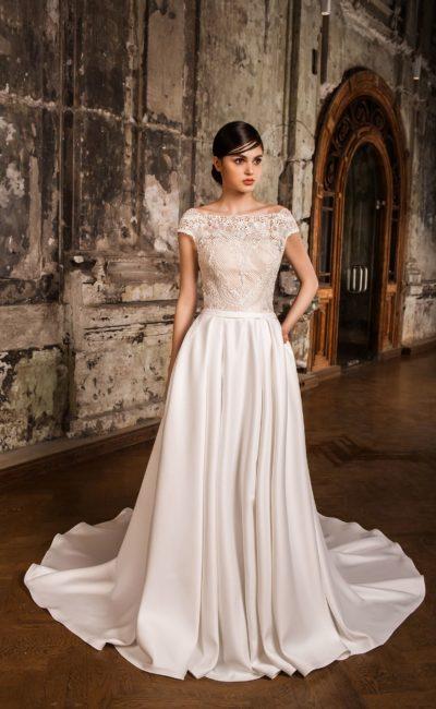 Атласное свадебное платье с декольте «бато» и V-образным кружевным вырезом на спинке.