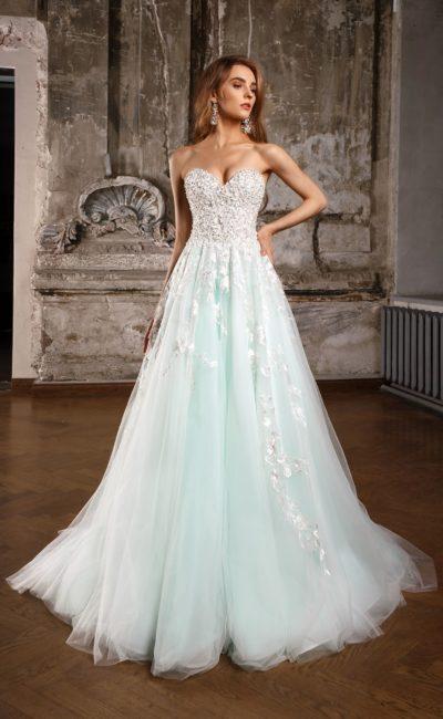 Свадебное платье нежно-голубого цвета с открытым корсетом, украшенным бисером.