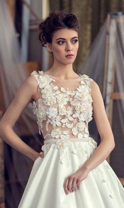 Потрясающее свадебное платье с юбкой «принцесса» и полупрозрачным верхом с аппликациями.