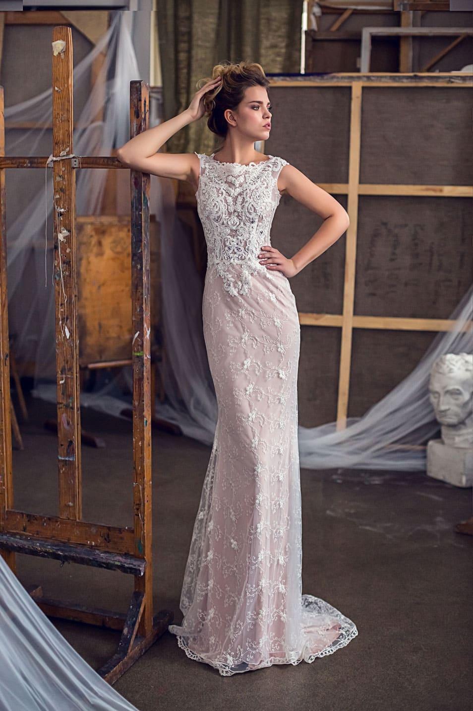 4a08aa782c8 Бежевое свадебное платье прямого кроя с округлым вырезом и широкими  бретелями.