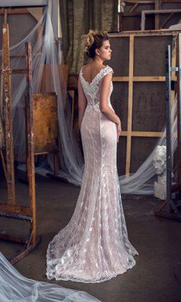 Бежевое свадебное платье прямого кроя с округлым вырезом и широкими бретелями.